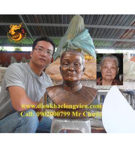 Tượng chân dung bac Hoa